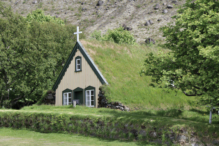 Islande Iceland vegetal roof toit vegetal eglise church