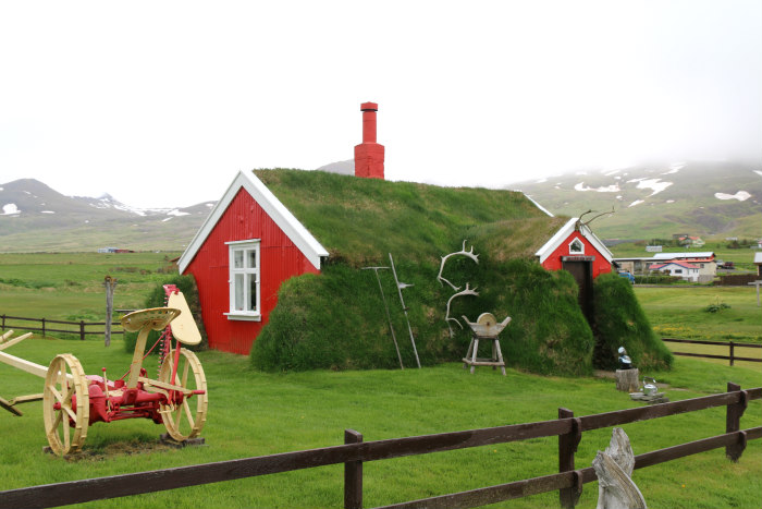 Islande Iceland maison rouge toit vegetal red house vegetal roof